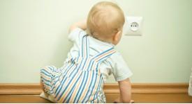 Что делать, если ребенка ударило током?